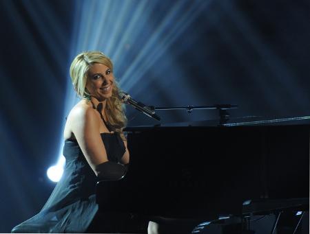 Elise Testone sings